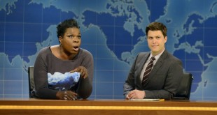 "SATURDAY NIGHT LIVE"" Episode 1670 -- Pictured: (l-r) Relationship Expert Leslie Jones and Colin Jost during Weekend Update on December 6, 2014 -- (Photo by: Dana Edelson/NBC)   לזלי ג'ונס בסאטרדיי נייט לייב, באדיבות יס"